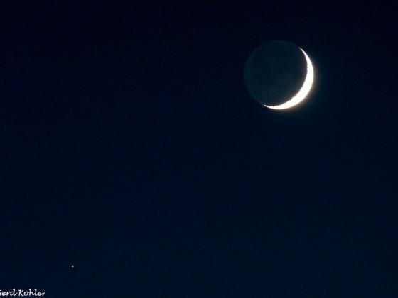 Die schmale Mondsichel beim Mars.