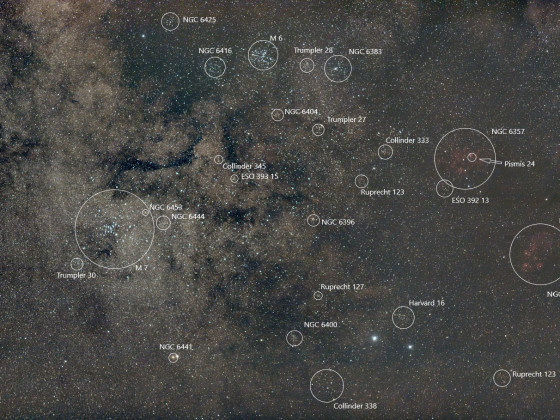 Milchstraßenregion am Stachel des Skorpions mit M 6, M 7, dem Katzenpfotennebel NGC 6334 und weiteren Objekten