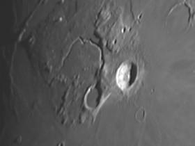 """Der Krater """"Herodotus"""" mit dem """"Vallis Schröteri""""."""